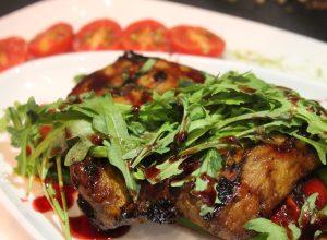 Ароматный стейк из свиной шеи со спражей и печеными овощами, под винным соусом марсала