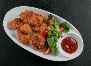 Куриное филе в сухарях с острым соусом и миксом салатов