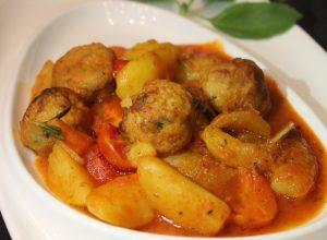 Куриные польпетте с овощами в остром соусе Неаполитано