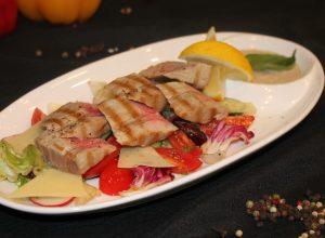 Розовый тунец на гриле с ореховым соусом и овощным миксом