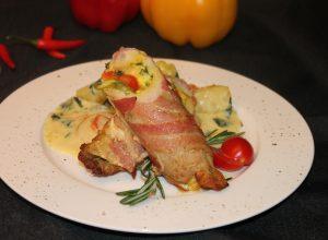 Свинина в беконе, фаршированная Моцареллой, перцем и спаржей с гарниром из картофеля и шпината