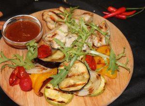 Сочное куриное филе с овощами гриль