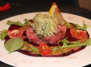 Тар-тар из розового тунца с пюре из авокадо на карпаччо из свеклы, под соусом Мьеле дийон