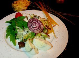 грибной салат с шампиньонами и картофелем под соусом из белых грибов