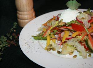 из свежих овощей со сметаной или оливковым маслом
