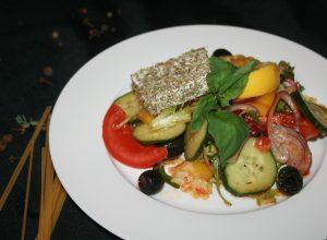 из свежих овощей с маслинами и соленым сыром в пряном соусе аппосито