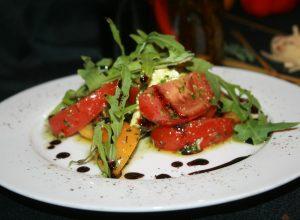 каприйский из свежих помидоров, рассольной моцареллы и соуса из свежего базилика