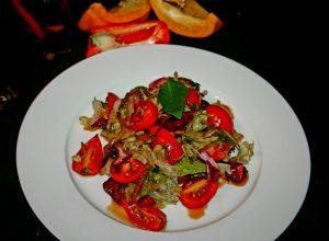 куриная печень якитори с томатами и свежим салатом