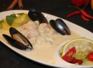 морепродукты всырно-сливочном соусе с картофельным пюре