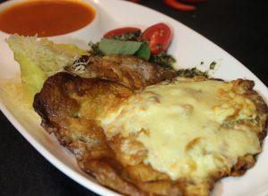 мясной шницель запеченный под Моцареллой с картофельным пюре и соусом из томатов с базиликом