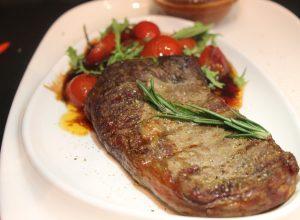 стейк Рибай из мраморной телятины с прянными томатами черри и соусом барбекю