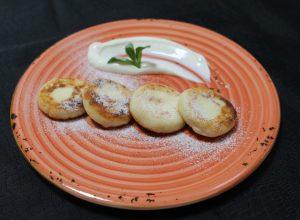 сырники с сиропом и сметаной
