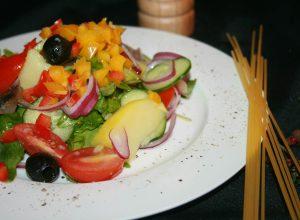 с сельдью и овощами в оливковом масле